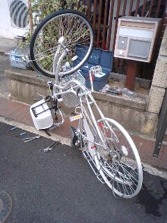 今自転車タイヤ交換中です。